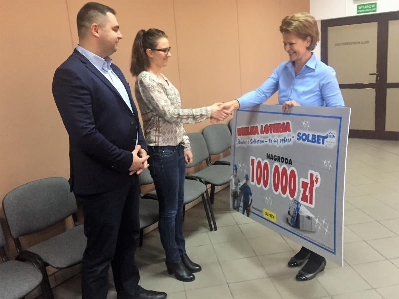 Fot. 1: Nagrodę, symboliczny czek, odbiera pani Marta z mężem z rąk pani Teresy Kempary-Małeckiej - Prezes SOLBET Sp. z o.o.