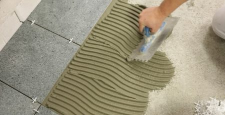 przyklejanie płytek podłogowych